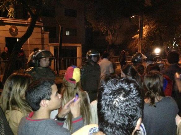 Cacerolazo en la Embajada de Venezuela en CHILE 3