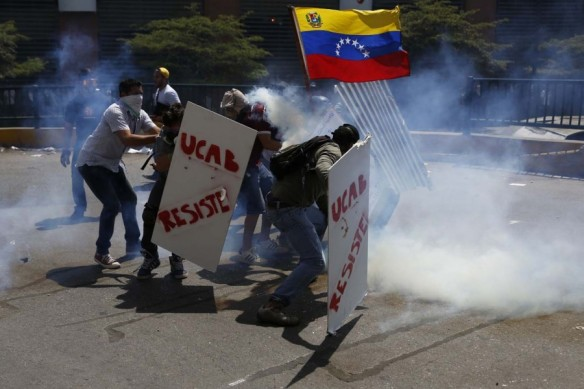2014-03-20T195719Z_150772601_GM1EA3L0AUV01_RTRMADP_3_VENEZUELA-PROTESTS1-900x600