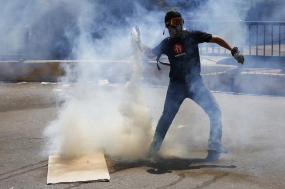 2014-03-20T195902Z_649039541_GM1EA3L0AZ501_RTRMADP_3_VENEZUELA-PROTESTS1-900x600