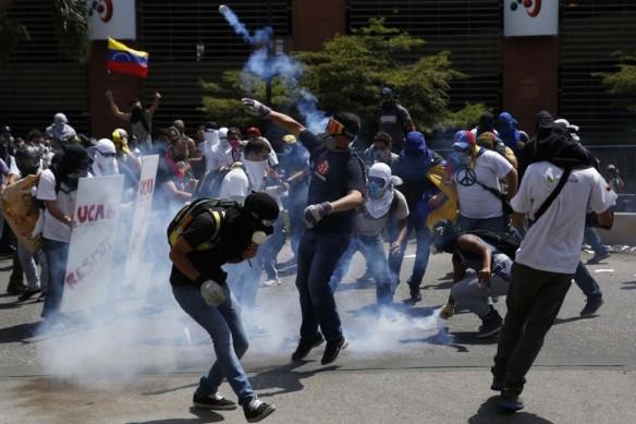 2014-03-20T200106Z_1055802298_GM1EA3L0B3P01_RTRMADP_3_VENEZUELA-PROTESTS1-900x600