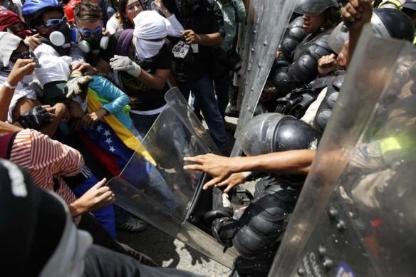 2014-03-20T200157Z_591047490_GM1EA3L0B5501_RTRMADP_3_VENEZUELA-PROTESTS1-900x600