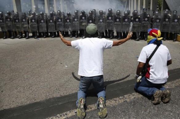 2014-03-20T201212Z_1370663588_GM1EA3L0BI501_RTRMADP_3_VENEZUELA-PROTESTS-900x600