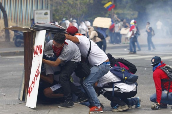 2014-03-20T203437Z_1238725132_GM1EA3L0CMA01_RTRMADP_3_VENEZUELA-PROTESTS-900x600