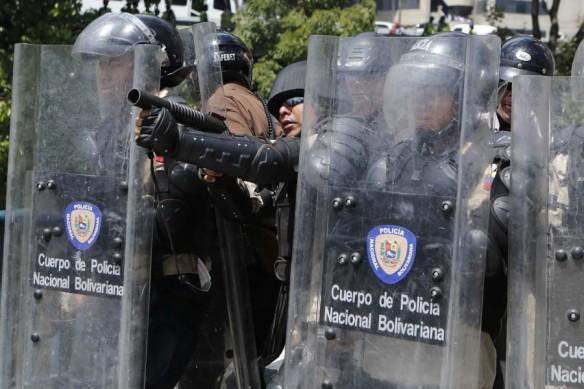 2014-03-20T205518Z_1641109821_GM1EA3L0DL701_RTRMADP_3_VENEZUELA-PROTESTS-900x600