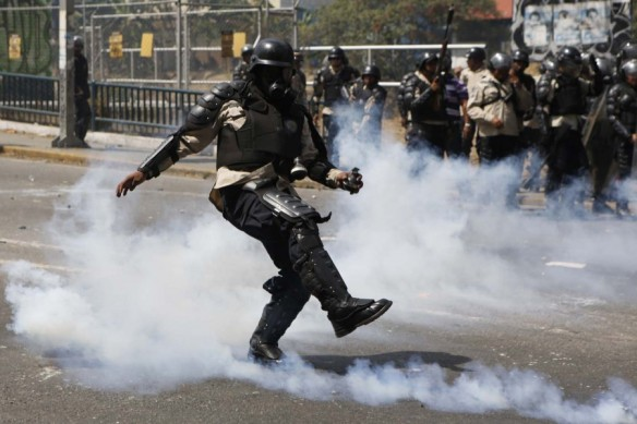 2014-03-20T205909Z_2042865772_GM1EA3L0DR001_RTRMADP_3_VENEZUELA-PROTESTS-900x600