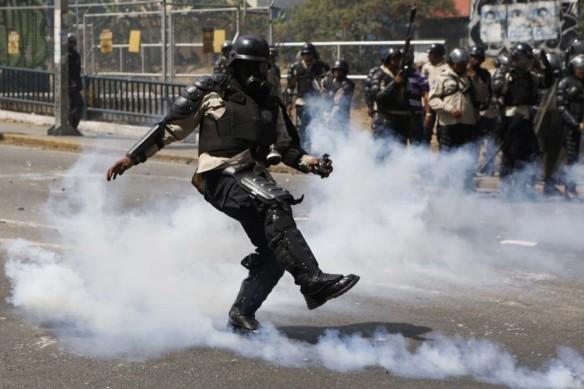 2014-03-20T205909Z_2042865772_GM1EA3L0DR001_RTRMADP_3_VENEZUELA-PROTESTS-900x600