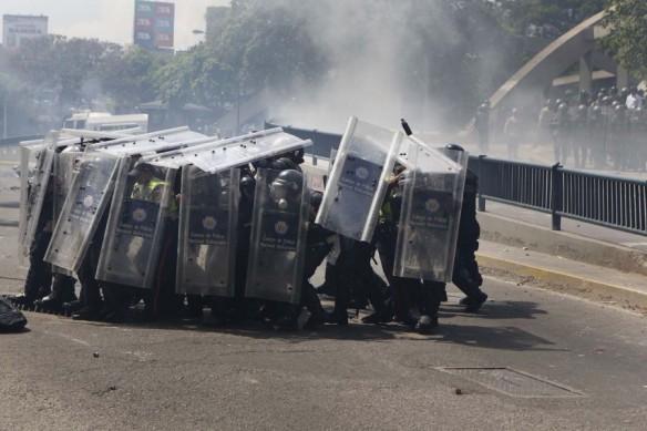 2014-03-20T210033Z_1026684407_GM1EA3L0DTZ01_RTRMADP_3_VENEZUELA-PROTESTS-900x600