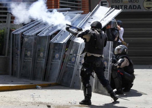 2014-03-20T193524Z_211507302_GM1EA3L09W501_RTRMADP_3_VENEZUELA-PROTESTS1-845x600