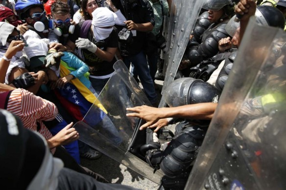2014-03-20T200157Z_591047490_GM1EA3L0B5501_RTRMADP_3_VENEZUELA-PROTESTS1-900x600