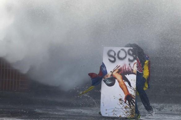 2014-03-20T203233Z_417479480_GM1EA3L0CIQ01_RTRMADP_3_VENEZUELA-PROTESTS-900x600