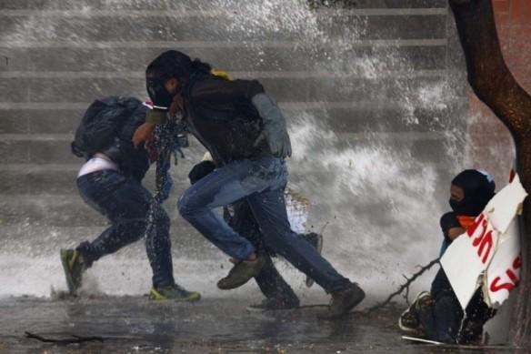 2014-03-20T210157Z_1175862307_GM1EA3L0DWB01_RTRMADP_3_VENEZUELA-PROTESTS-900x600
